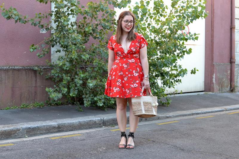Robe rouge à fleur Romwe, sandale Shein et panier Mango