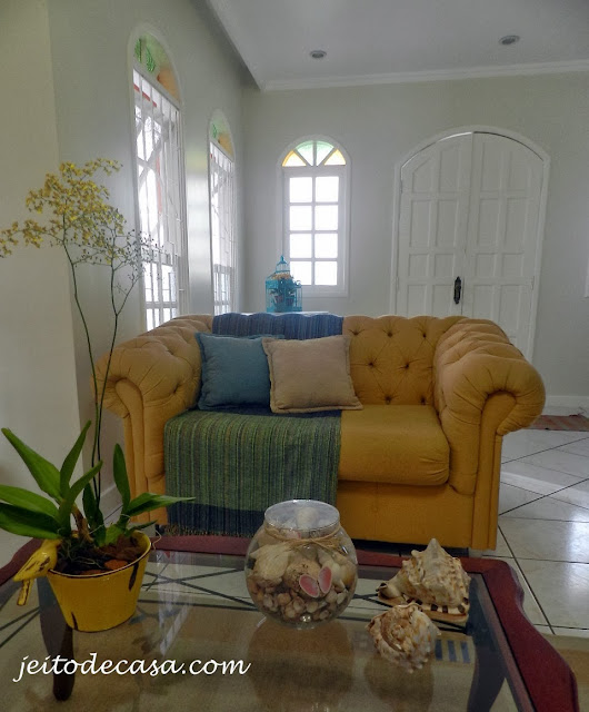 sala com sofa e manta