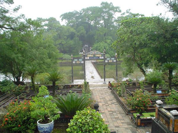 Puerta y puente en la Ciudad Prohibida de Hue