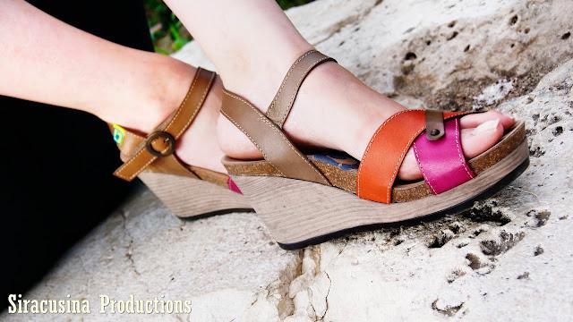 wanda panda, sandalia, sandalia naranja, sandalia rosa, sandalia de piel, fuente, piedra, mono negro