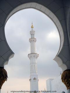 Perspectiva de uno de los minaretes de la Mezquita Sheikh Zayed o Gran Mezquita de Abu Dhabi