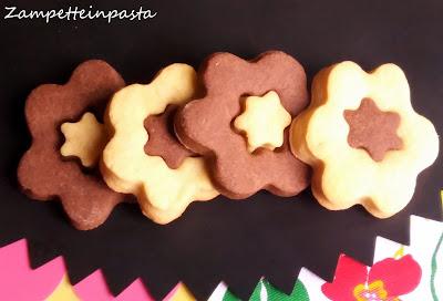 Biscotti bicolori a forma di fiore