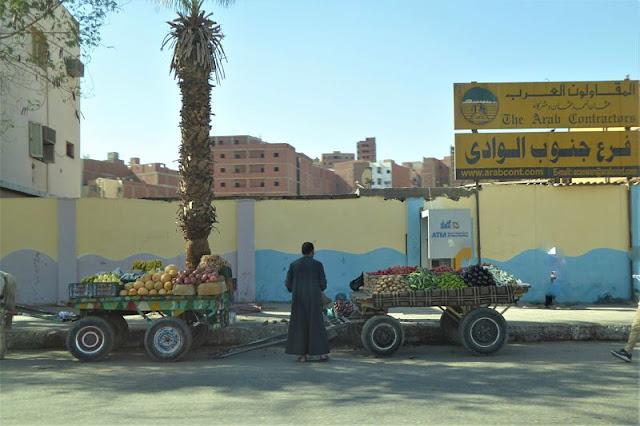 venditore di frutta lungo le strade di assuan