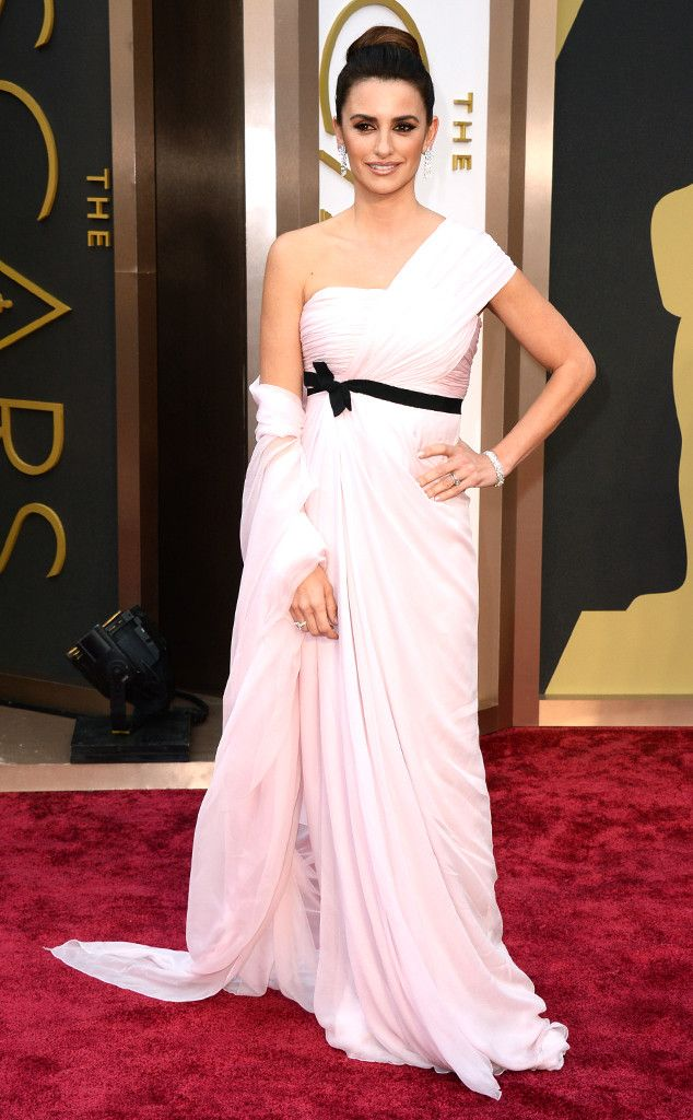 Goddess Penélope Cruz in an asymmetric Giambattista Valli gown at the Oscars 2014