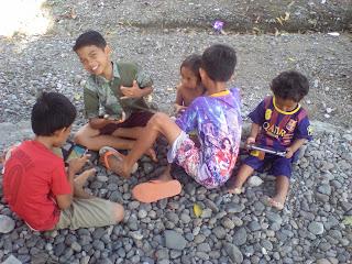 Zaman sekarang: Anak baru belajar jalan sudah mainan tablet
