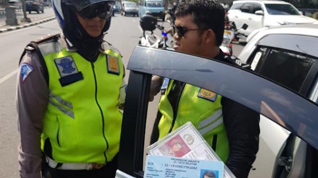 Ya Ampun Nih Orang Pakai Seragam Lengkap Dikira Polisi Beneran Sedang Lakukan Pungli di Kuningan, Ternyata...