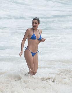 Flávia Alessandra chamou atenção por sua excelente forma física na  sexta-feira (14). De biquíni azul f0adadd5214