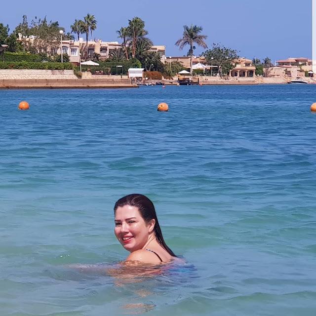 رانيا فريد شوقي بالمايوة ونظارة شمسية.