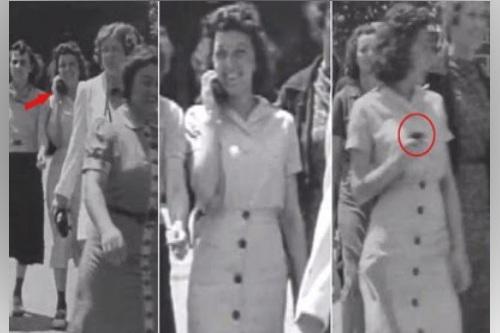 Wanita menggunakan HP di tahun 1938?