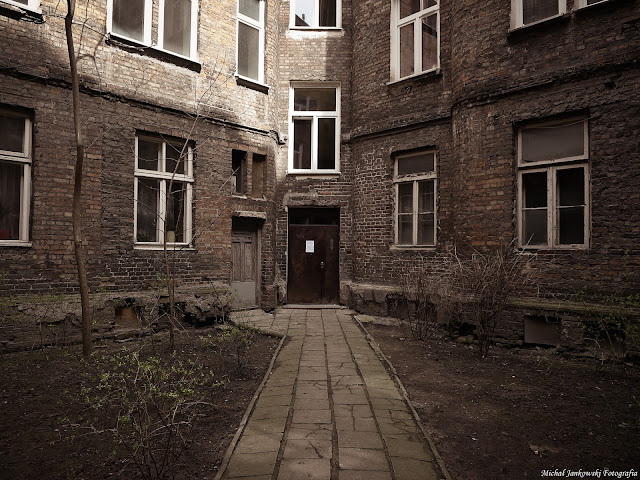 Podwórko kamienicy na ulicy Waliców 10 w Warszawie