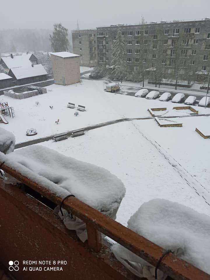 Sniegs noklājs iekšpagalmu Līvānos