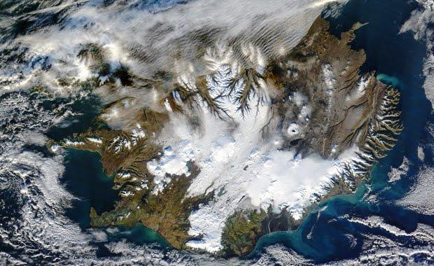 איסלנד בנובמבר - השלג מתחיל להצטבר ברחבי האי. מקור: נאסא