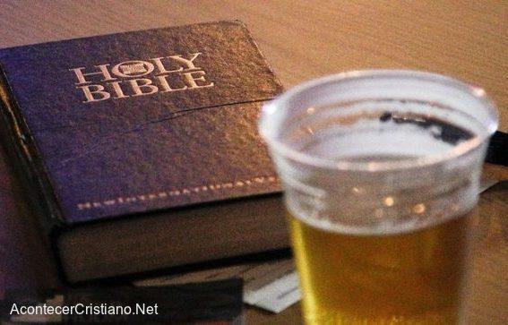 Estudiando la Biblia y bebiendo cerveza