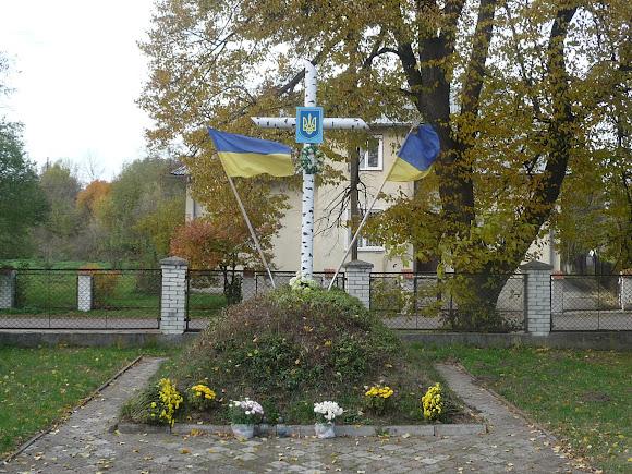 Угерсько. Пагорб символічної козацької могили з хрестом