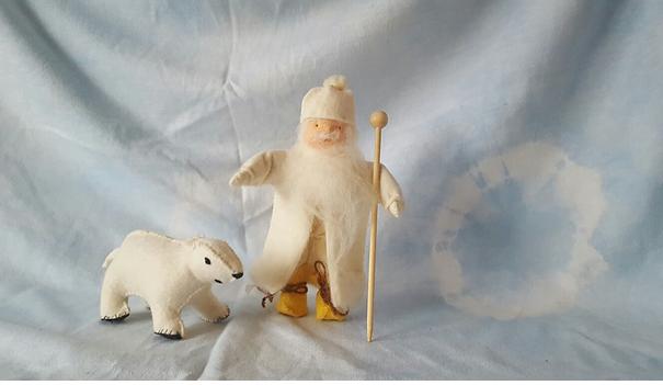 Oom Rijp met ijsbeer van vilt op de seizoentafel