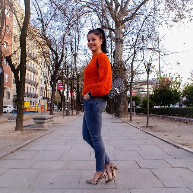 LOOK INVIERNO, Jersey naranja, vaqueros skinny, zapatos serpiente