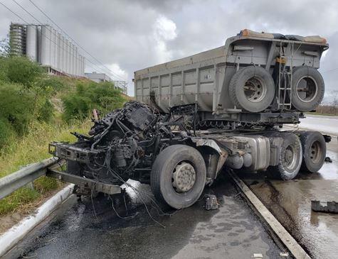 Dois acidentes com caminhões são registrados no mesmo ponto da BR-101; veja fotos