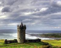 Castillo antiguo en la costa oeste de Irlanda