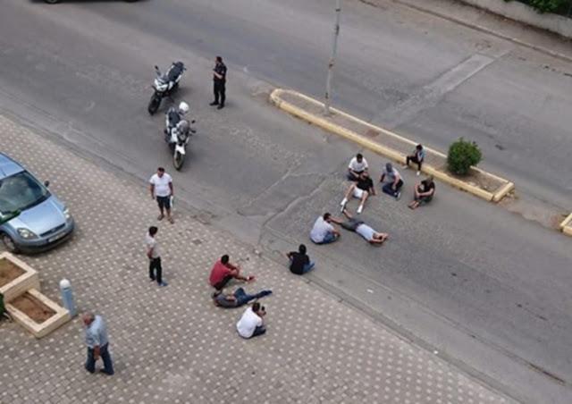 Σε καθιστική διαμαρτυρία προχώρησαν πρόσφυγες στην Τρίπολη (βίντεο)