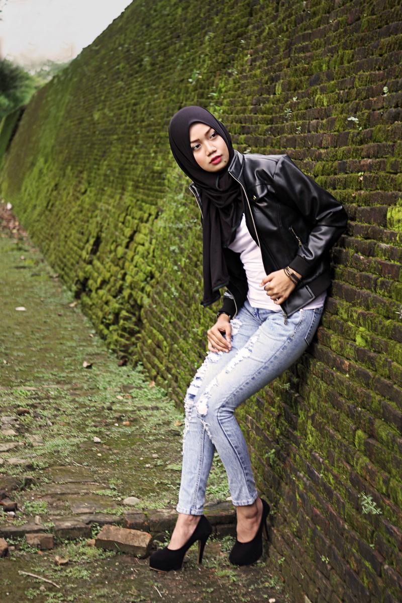 Padu pada jeans Model Cantik dengan Jilbab Trendi hijab celan jeans ketat mojok di benteng somba opu makassar paha mulus undah untuk wajah bulat