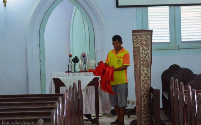 Pak Nano yang menjaga gereja tua tersebut
