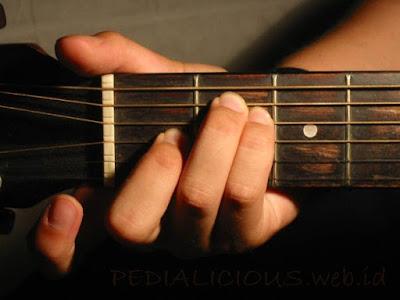 Cara Menekan Senar Chord E Major untuk Gitaris Kidal