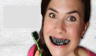 Παίρνει την οδοντόβουρτσα την βουτάει σε κάρβουνο και βουρτσίζει τα δόντια. Το αποτέλεσμα θεαματικό!