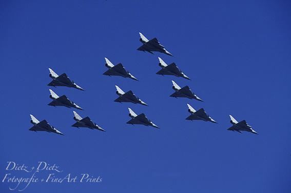 12 Mirage IIIS/IIIDS im Überflug
