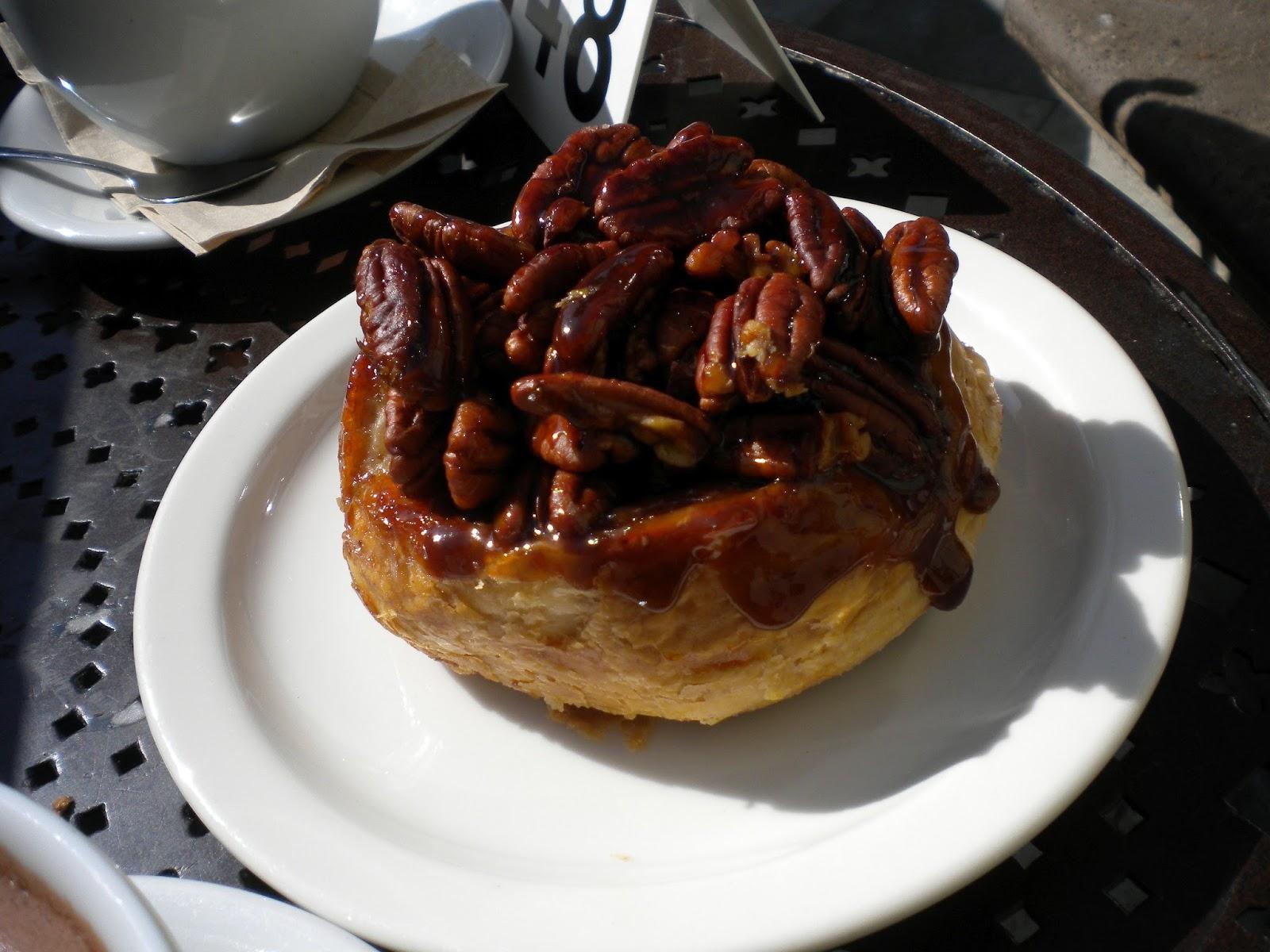 Santa Monica Los Angeles Urth Caffe kahvila vinkki Mallaspulla matkakertomus sticky bun pekaanipähkinä tahmapulla