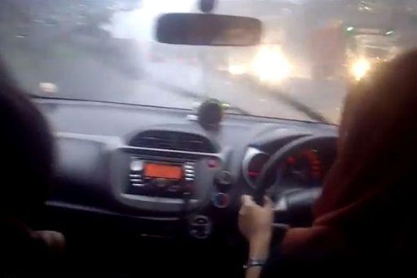wanita sopir mobil