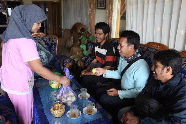 Teman Saya Tri Sujarwo ke Rumah Pemilik Kebun Apel di Kota Batu Malang