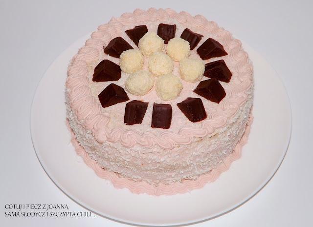 Torcik śmietanowo - malinowy z rafaello i czekoladkami