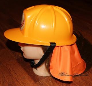 Casco de jugueta adaptado al disfraz de bombero