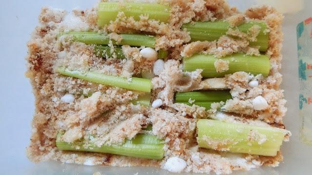 砂糖漬け調味料を入れたタッパにセルリーを入れる。