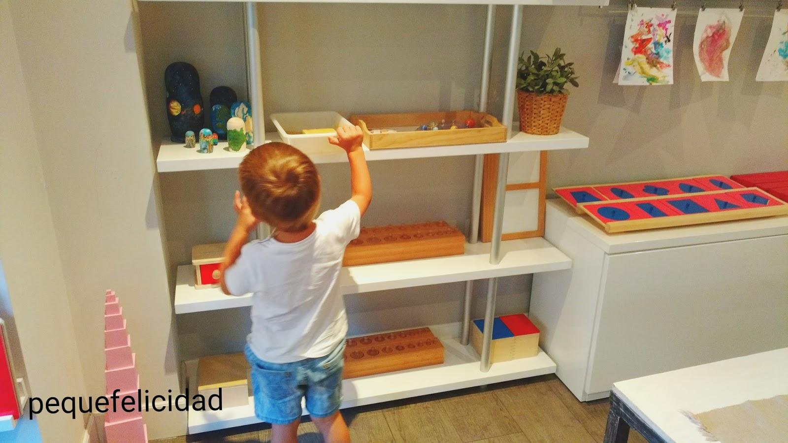 al lado de las estanteras de materiales y juguetes colocaremos una cesta con manteles y tapetes de distintos colores y tamaos