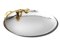 Kenarında altın çiçek süslemesi olan çekiçle dövülmüş gümüş yuvarlak çay tepsisi
