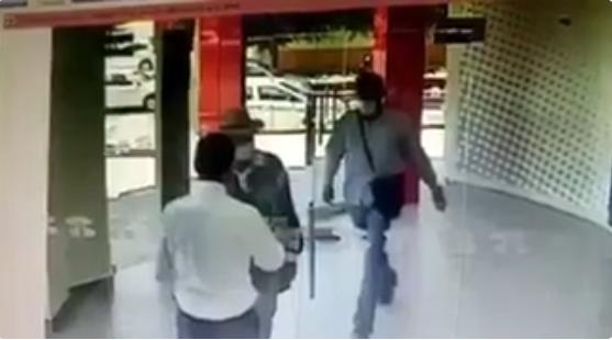 Empleado alfa, iban a robar y les cierra la puerta