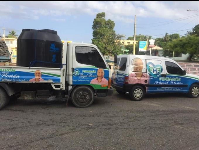 Miguel  Florian está distribuyendo miles de galones de  agua en la provincia de Barahona