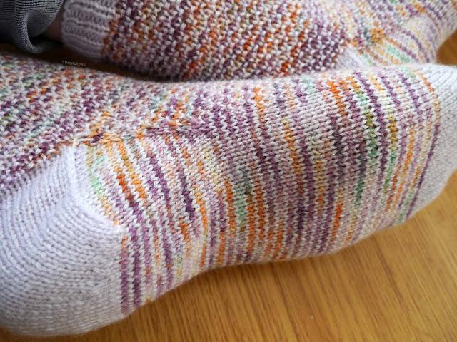 gros plan du dessous chaussettes au tricot, modèle Broken Seed stitch socks