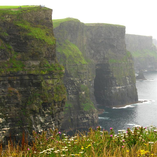 magnificent image of the tall cliffs above the waters