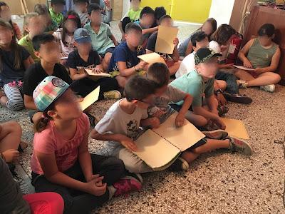 τα παιδιά αγγίζουν σελίδες με τη γραφή braille