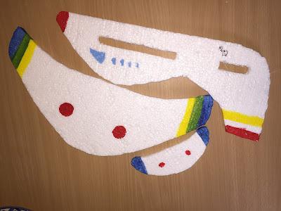 Utilizamos pinturas acrílicas para colorear el avion de poliespan