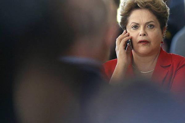 É muito tarde para eu baixar o áudio aqui e os méritos são todos da minha amiga Cynara Menezes.  Ela acaba de divulgar no seu blogue, Socialista Morena, o grampo da PF que levou ao vazamento da conversa entre Lula e Dilma.dilmatelefone  Fica absolutamente claro que não era o telefone do segurança de Lula que estava grampeado, o tal Moraes, mas o de Dilma.  Mais do que isso, não dá para ter certeza se o grampo era no fone da presidenta ou na sala da presidência, o que ainda será mais grave.