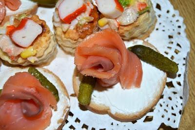 Volovan de ensaldilla y tostadita de queso crema y rosa de salmón.