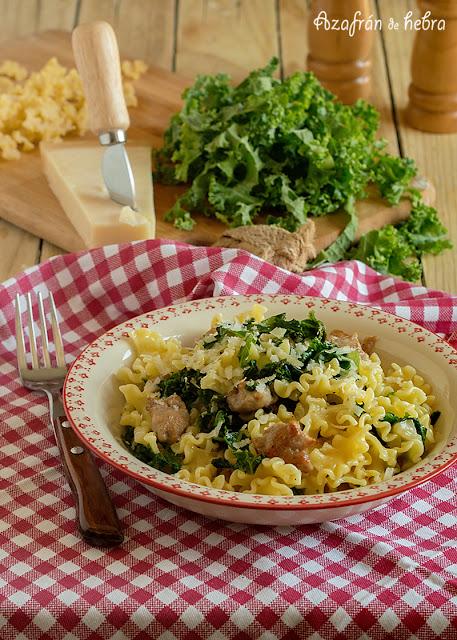 Pasta con salchichas y kale
