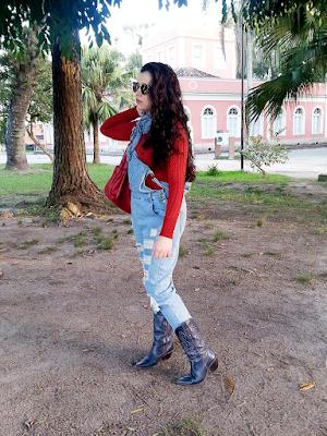 Jardineira jeans e bota