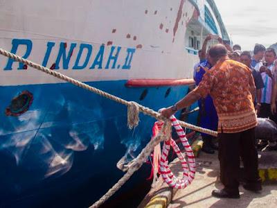 Frans Sanadi Resmikan KM Fajar Indah II di Pelabuhan Serui