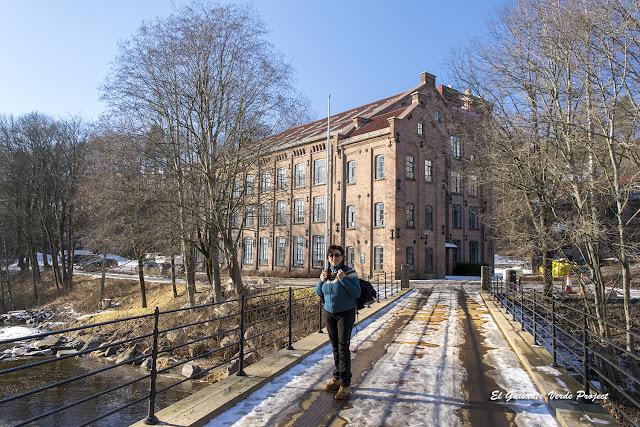 Maribel junto a los antiguos edificios industriales de Akerselva - Oslo, por El Guisante Verde Project