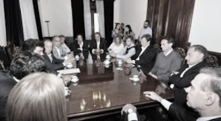 Según trascendió, del encuentro, que habría sido gestionado por el exintendente de La Matanza Fernando Espinoza, participaron los jefes comunales Julio Pereyra (Florencio Varela); Alberto Descalzo (Ituzaingó); Verónica Magario (La Matanza); Juan Zabaleta (Hurlingham), Martín Insaurralde (Lomas de Zamora); Mariano Cascallares (Almirante Brown); Gabriel Katopodis (San Martín), a quienes se sumó Juan Pablo de Jesús (Partido de la Costa).