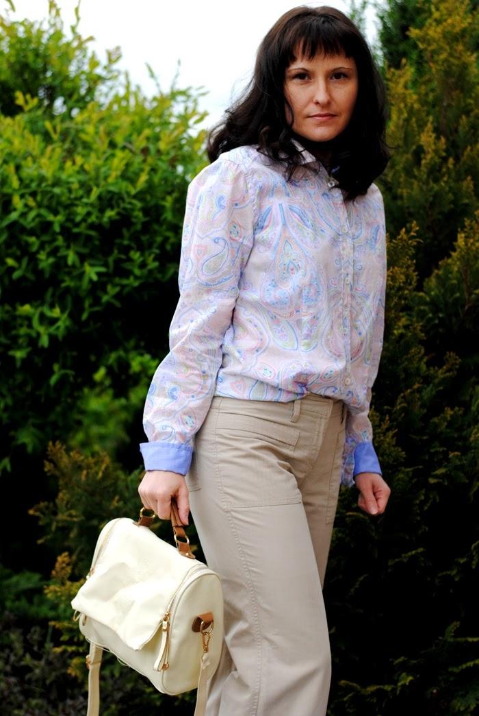 koszula i beżowe spodnie
